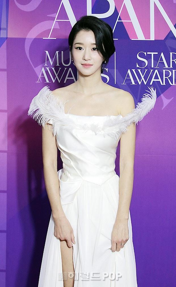 Thảm đỏ APAN Star Awards: Hyun Bin xuất hiện lẻ bóng, Son Ye Jin vắng mặt, Seo Ye Ji và Lee Min Jung xinh như thiên thần - Ảnh 4.