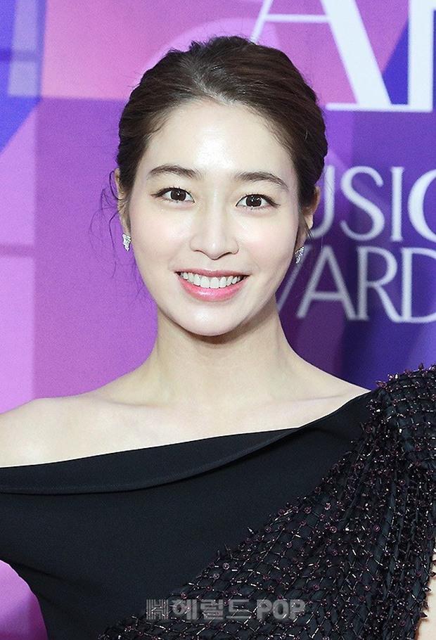 Thảm đỏ APAN Star Awards: Hyun Bin xuất hiện lẻ bóng, Son Ye Jin vắng mặt, Seo Ye Ji và Lee Min Jung xinh như thiên thần - Ảnh 6.