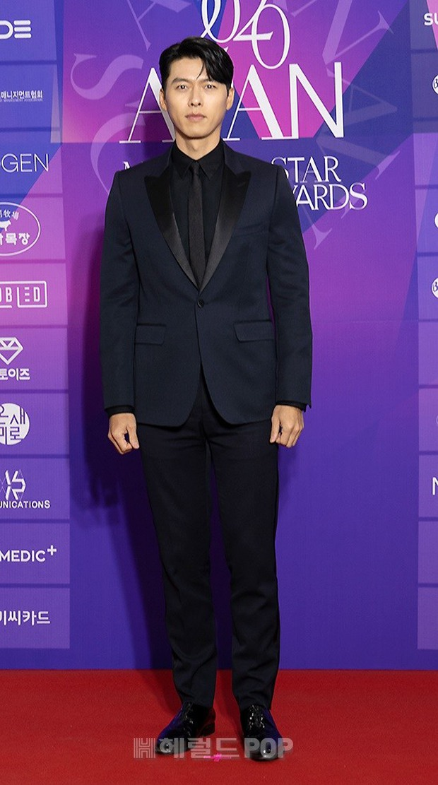 Thảm đỏ APAN Star Awards: Hyun Bin xuất hiện lẻ bóng, Son Ye Jin vắng mặt, Seo Ye Ji và Lee Min Jung xinh như thiên thần - Ảnh 3.