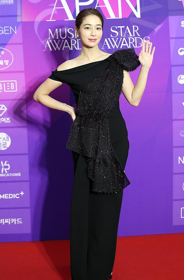 Thảm đỏ APAN Star Awards: Hyun Bin xuất hiện lẻ bóng, Son Ye Jin vắng mặt, Seo Ye Ji và Lee Min Jung xinh như thiên thần - Ảnh 7.