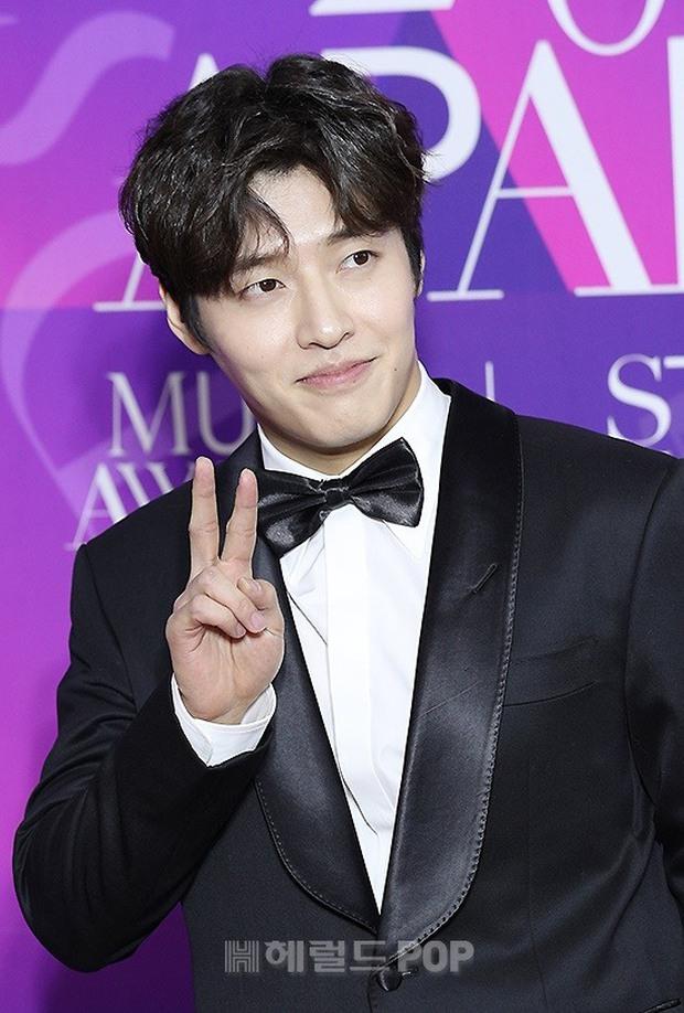 Thảm đỏ APAN Star Awards: Hyun Bin xuất hiện lẻ bóng, Son Ye Jin vắng mặt, Seo Ye Ji và Lee Min Jung xinh như thiên thần - Ảnh 11.