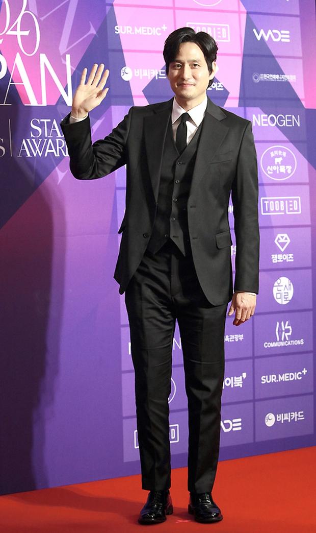 Thảm đỏ APAN Star Awards: Hyun Bin xuất hiện lẻ bóng, Son Ye Jin vắng mặt, Seo Ye Ji và Lee Min Jung xinh như thiên thần - Ảnh 13.