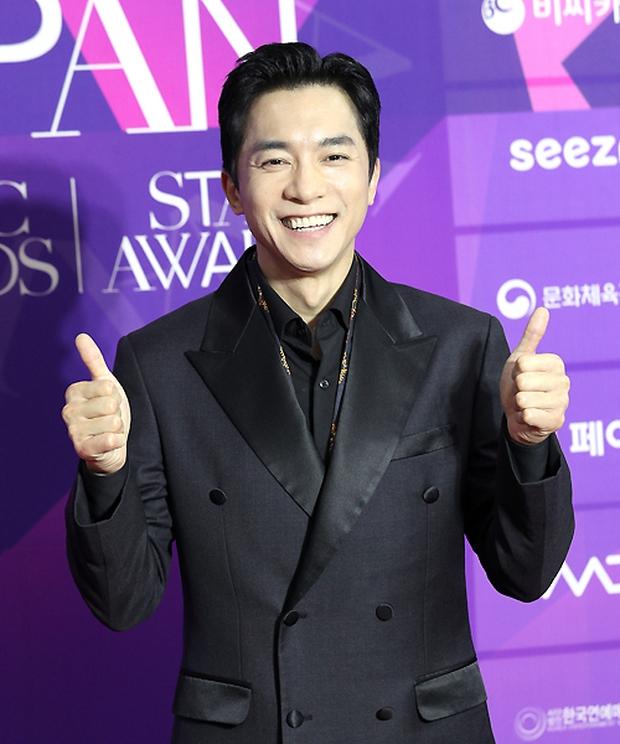 Thảm đỏ APAN Star Awards: Hyun Bin xuất hiện lẻ bóng, Son Ye Jin vắng mặt, Seo Ye Ji và Lee Min Jung xinh như thiên thần - Ảnh 14.