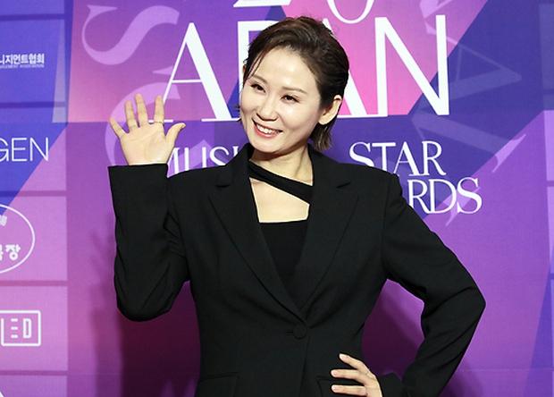 Thảm đỏ APAN Star Awards: Hyun Bin xuất hiện lẻ bóng, Son Ye Jin vắng mặt, Seo Ye Ji và Lee Min Jung xinh như thiên thần - Ảnh 8.
