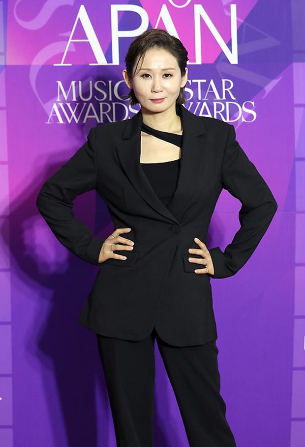 Thảm đỏ APAN Star Awards: Hyun Bin xuất hiện lẻ bóng, Son Ye Jin vắng mặt, Seo Ye Ji và Lee Min Jung xinh như thiên thần - Ảnh 9.