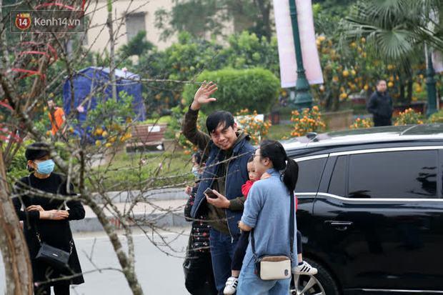 """Hà Nội: Những cành đào rừng Sơn La được dán tem đầu tiên """"rủng rỉnh"""" xuống phố chờ khách mua về chơi Tết - Ảnh 21."""