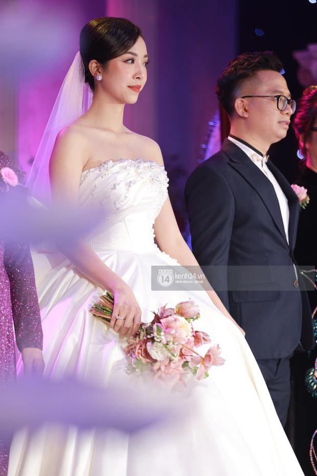 """Đám cưới Á hậu Thuý An tại TP.HCM: Cô dâu chú rể khoá môi cực ngọt, dàn khách mời """"xịn xò"""" quẩy tưng bừng! - Ảnh 6."""