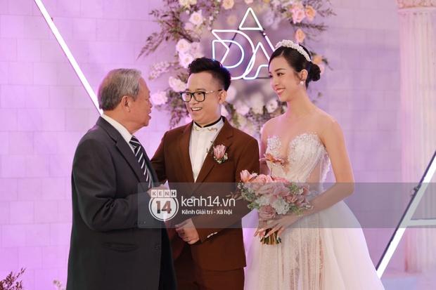 Cập nhật đám cưới Á hậu Thuý An tại TP.HCM: Cô dâu lộ diện cực xinh, Tiểu Vy cùng dàn khách mời mỹ nhân Vbiz đang đổ bộ  - Ảnh 13.