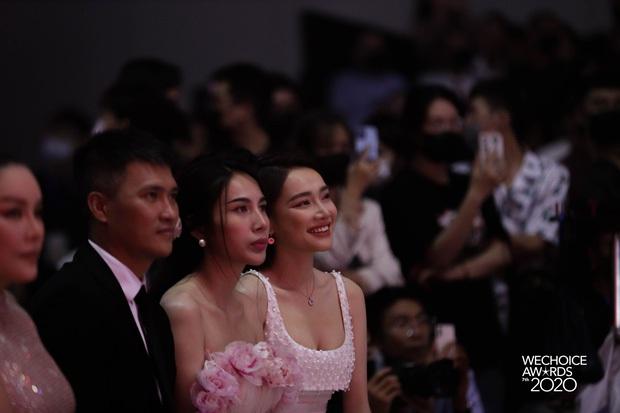 Clip: Nhã Phương được Trường Giang gửi ảnh selfie với con gái giữa gala WeChoice 2020, liền hào hứng khoe hàng xóm Công Vinh - Ảnh 4.