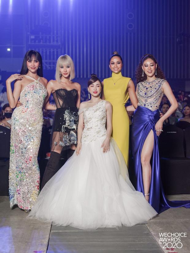 Hoà Minzy như người tí hon lọt thỏm giữa dàn hậu Miss Universe ở gala WeChoice 2020: Chân dài tới nách là có thật! - Ảnh 4.