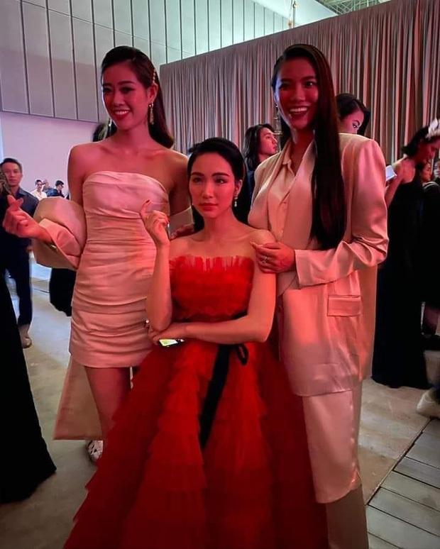Hoà Minzy như người tí hon lọt thỏm giữa dàn hậu Miss Universe ở gala WeChoice 2020: Chân dài tới nách là có thật! - Ảnh 6.