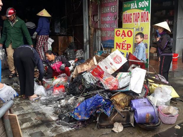 Cháy cửa hàng tạp hóa, nhiều mặt hàng bán tết biến thành than - Ảnh 2.