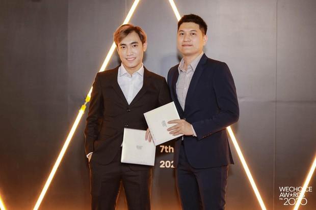 Đổ bộ thảm đỏ WeChoice Awards 2020, Levi sát cánh BLV Mạnh An, thần thái ngút ngàn! - Ảnh 1.
