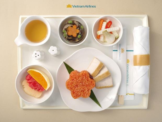 HOT: Giúp mọi người cảm nhận rõ hương vị Tết ngay cả khi bay, Vietnam Airlines quyết đưa bánh chưng, dưa hành, xôi gấc bày đầy đủ trên mâm để phục vụ khách - Ảnh 1.