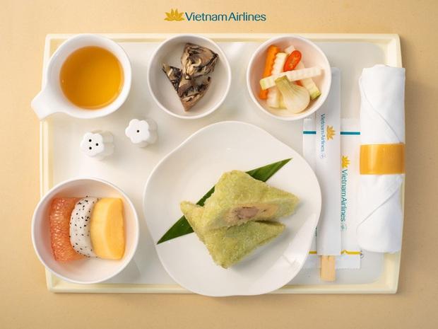 HOT: Giúp mọi người cảm nhận rõ hương vị Tết ngay cả khi bay, Vietnam Airlines quyết đưa bánh chưng, dưa hành, xôi gấc bày đầy đủ trên mâm để phục vụ khách - Ảnh 2.
