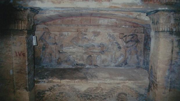 Đang kéo xe chở đá nặng, con lừa khốn khổ bị rơi xuống cái hố nào ngờ nhờ đó mà phát hiện ra công trình lịch sử đồ sộ gây choáng ngợp - Ảnh 2.