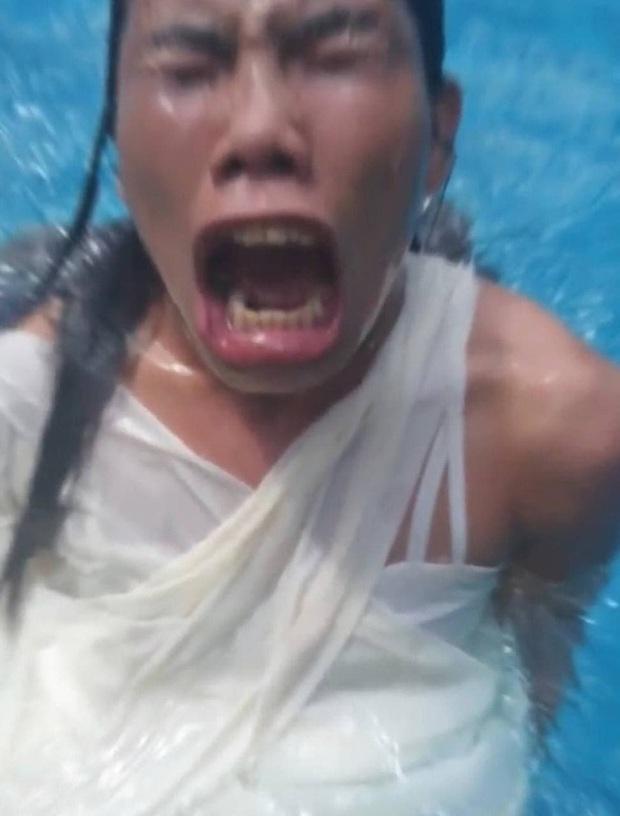 Thiếu nữ đầu tư hẳn váy áo thướt tha để chụp hình sống ảo dưới nước, nhưng kết cục thành series ảnh như poster phim Khóc thét - Ảnh 6.