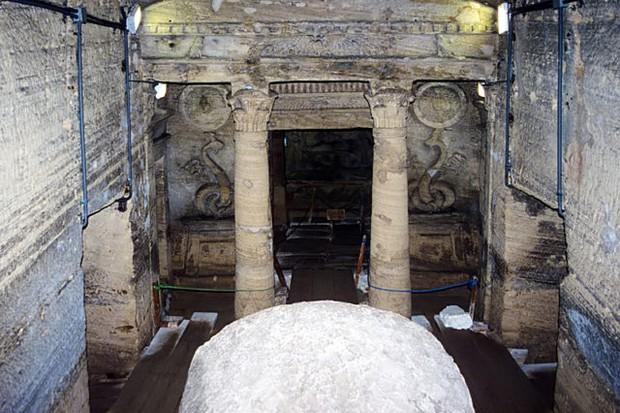 Đang kéo xe chở đá nặng, con lừa khốn khổ bị rơi xuống cái hố nào ngờ nhờ đó mà phát hiện ra công trình lịch sử đồ sộ gây choáng ngợp - Ảnh 7.