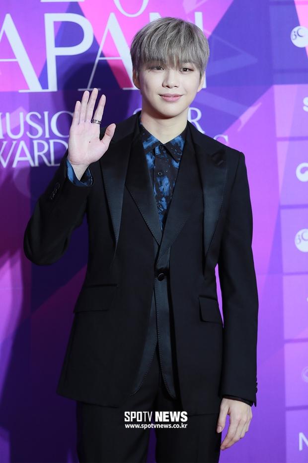 Thảm đỏ APAN Music Awards: Jeon So Min xinh hết phần thiên hạ, Wanna One tái ngộ khiến fan dậy sóng - Ảnh 6.
