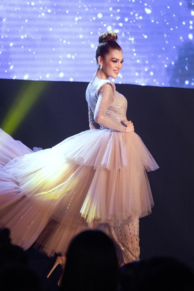 Xem Trân Đài ở Chung kết Đại Sứ Hoàn Mỹ mà cứ ngỡ cựu Hoa hậu Hoàn vũ Demi! - Ảnh 1.