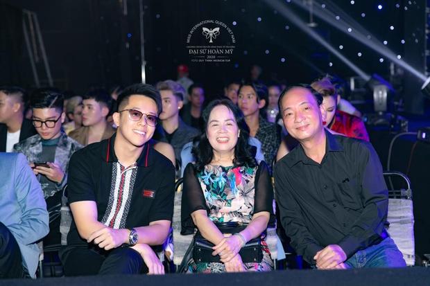 Matt Liu tháp tùng bố mẹ Hương Giang đến cổ vũ đêm Chung kết Đại Sứ Hoàn Mỹ - Ảnh 2.