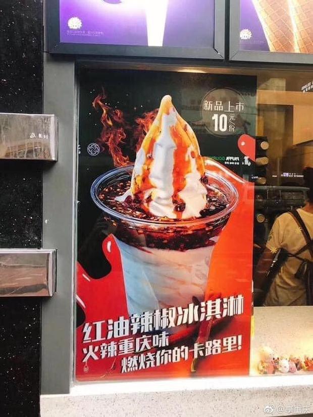 Dân tình choáng váng với món kem ăn cùng dầu ớt cay, nhìn thì hấp dẫn nhưng không ai biết ăn rồi sẽ ra sao? - Ảnh 2.