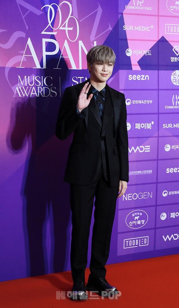 Thảm đỏ APAN Music Awards: Jeon So Min xinh hết phần thiên hạ, Wanna One tái ngộ khiến fan dậy sóng - Ảnh 9.