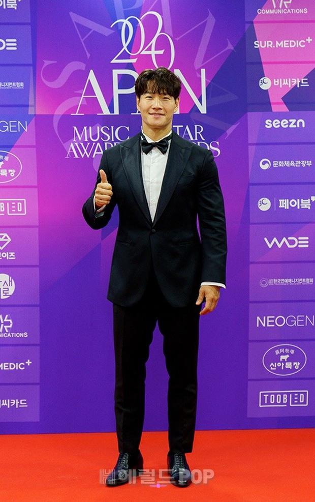 Thảm đỏ APAN Music Awards: Jeon So Min xinh hết phần thiên hạ, Wanna One tái ngộ khiến fan dậy sóng - Ảnh 5.