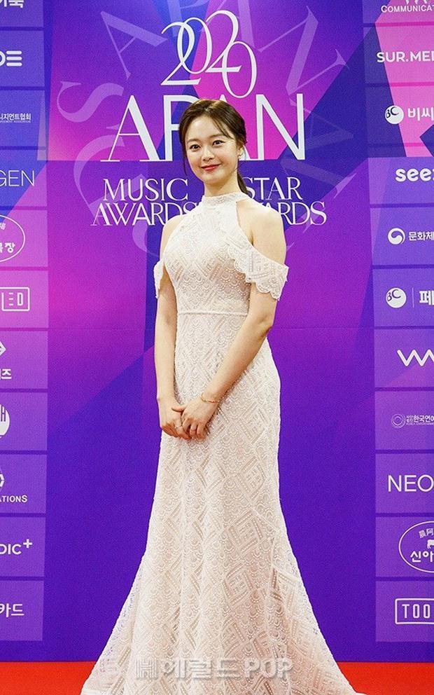 Thảm đỏ APAN Music Awards: Jeon So Min xinh hết phần thiên hạ, Wanna One tái ngộ khiến fan dậy sóng - Ảnh 3.