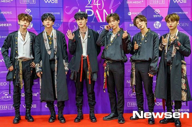 Thảm đỏ APAN Music Awards: Jeon So Min xinh hết phần thiên hạ, Wanna One tái ngộ khiến fan dậy sóng - Ảnh 13.