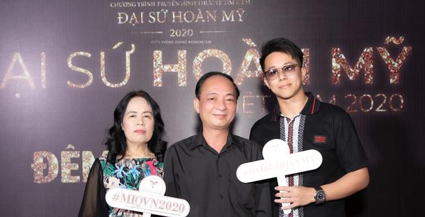 Matt Liu tháp tùng bố mẹ Hương Giang đến cổ vũ đêm Chung kết Đại Sứ Hoàn Mỹ - Ảnh 1.