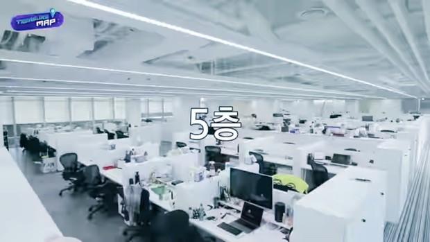 Em trai BLACKPINK hé lộ trụ sở mới siêu sang của YG: Căng tin, phòng tập khổng lồ chưa sốc bằng hành lang đủ lớn để quay MV! - Ảnh 25.
