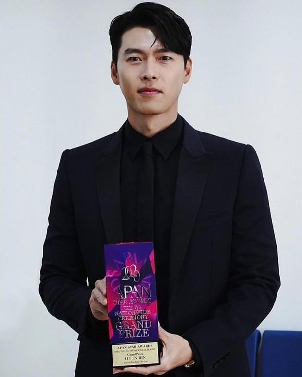 Vừa ẵm cúp Daesang, Hyun Bin đã vội rắc thính Son Ye Jin, kiếp thê nô là đây chứ đâu! - Ảnh 1.