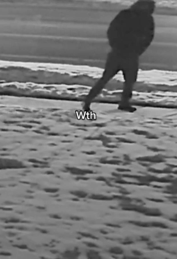 Chàng trai lắp camera ghi lại hành vi kỳ lạ của bạn gái trong lúc mộng du khiến dân mạng cười bò nhưng tội nhất là người đi đường hôm đó - Ảnh 3.