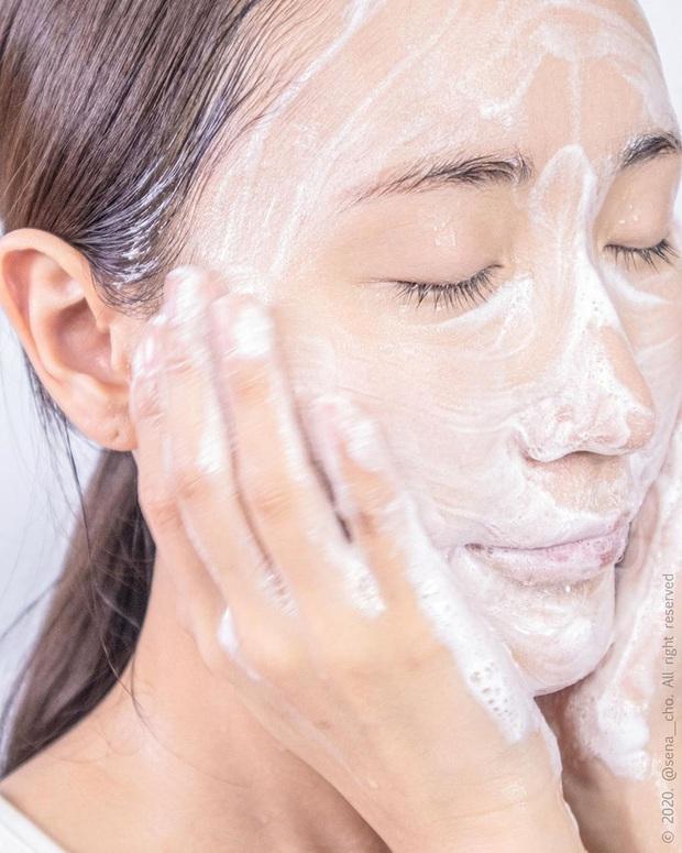 Khi rửa mặt bạn cứ áp dụng 4 tips này thì đến Tết da sẽ mịn căng, lỗ chân lông cũng nhỏ hẳn - Ảnh 1.