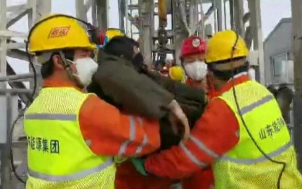 Trung Quốc giải cứu 11 thợ mỏ trong vụ sập mỏ vàng cách đây 2 tuần - Ảnh 1.