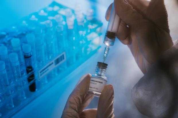 Một người bất ngờ tử vong chỉ vài giờ sau khi tiêm vaccine Covid-19, nhà chức trách đau đầu tìm lý do - Ảnh 1.