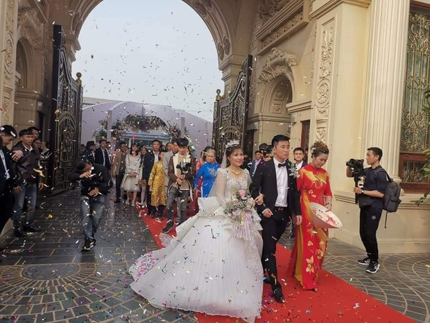 Chân dung cô dâu chú rể gia thế trâm anh thế phiệt trong đám cưới khủng ở lâu đài dát vàng: Hé lộ màn khóa môi ngọt ngào của cặp đôi - Ảnh 3.