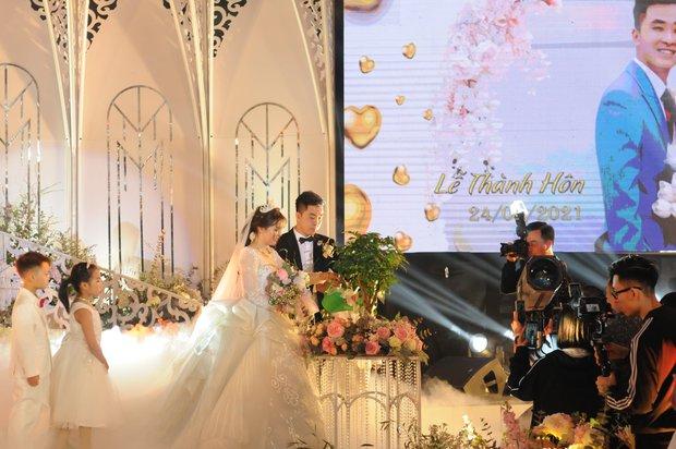Chân dung cô dâu chú rể gia thế trâm anh thế phiệt trong đám cưới khủng ở lâu đài dát vàng: Hé lộ màn khóa môi ngọt ngào của cặp đôi - Ảnh 5.