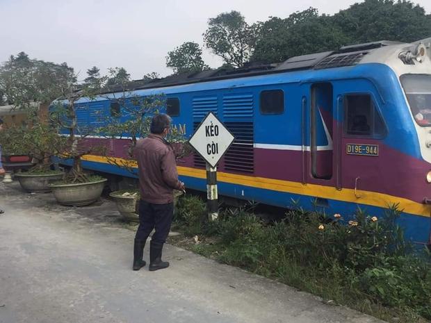 Đi bộ trên đường sắt, người phụ nữ bị tàu hỏa tông chết thảm - Ảnh 1.