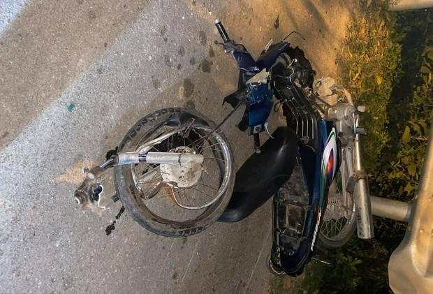 Xe máy va chạm kinh hoàng với ô tô bán tải, 2 người tử vong - Ảnh 1.