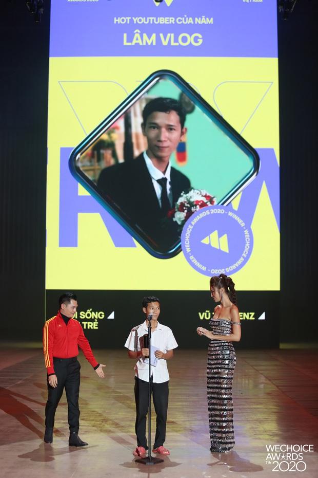 Lâm Vlog nói về đôi dép lê khi lên sân khấu Gala WeChoice: Mình không giả nghèo, đó là phong cách riêng - Ảnh 2.