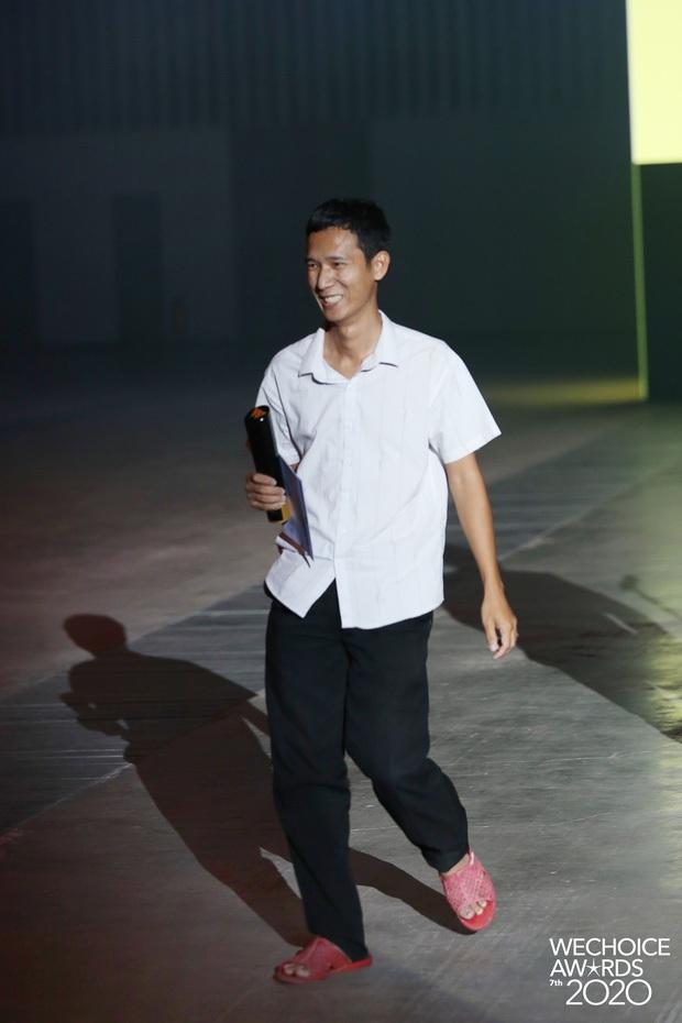 Lâm Vlog nói về đôi dép lê khi lên sân khấu Gala WeChoice: Mình không giả nghèo, đó là phong cách riêng - Ảnh 6.