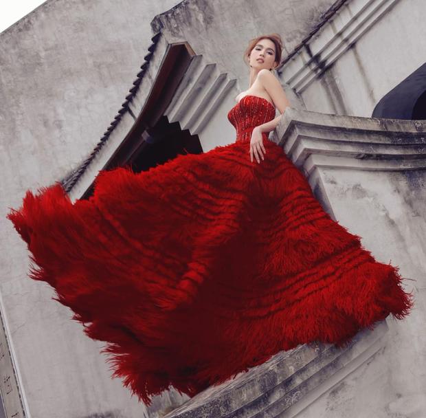 Diện váy đỏ bồng xoè: Hoà Minzy quẩy khuyên tai sang chảnh, Ngọc Trinh đơn giản bất ngờ - Ảnh 1.