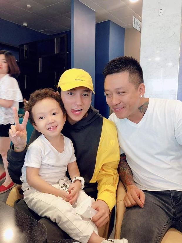 Tuấn Hưng bất ngờ đăng ảnh ủng hộ sự nghiệp Sơn Tùng M-TP và Isaac, tiết lộ con trai xem YouTube 2 chú còn nhiều hơn xem bố - Ảnh 2.