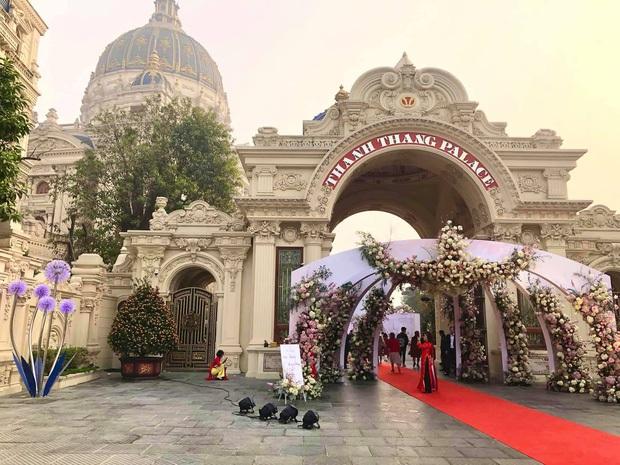 Cận cảnh lâu đài dát vàng của đại gia xi măng ở Ninh Bình: Xây thô hết 400 tỷ, nội thất đắt đến choáng ngợp - Ảnh 1.