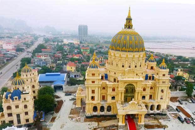 Cận cảnh lâu đài dát vàng của đại gia xi măng ở Ninh Bình: Xây thô hết 400 tỷ, nội thất đắt đến choáng ngợp - Ảnh 3.