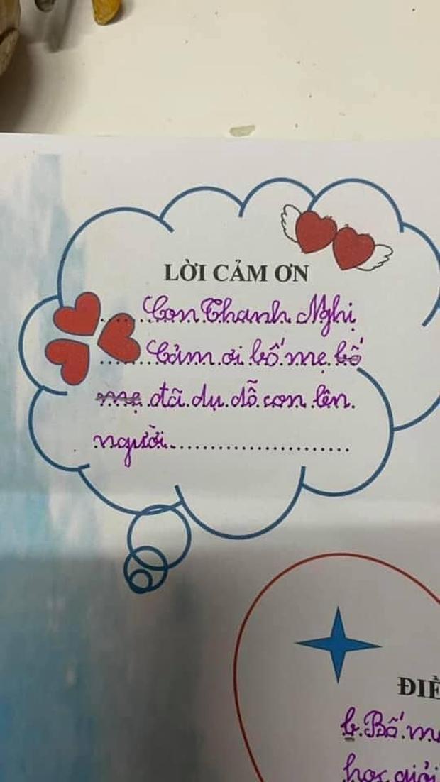 Viết thư cảm ơn bố mẹ, cậu bé ghi 2 từ khiến cả cô giáo lẫn cả nhà xỉu ngang, đọc vào tưởng đang dằn mặt - Ảnh 1.