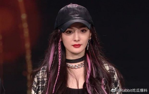 Khung hình lộ vòng 1 ngồn ngộn của Dương Mịch gây bão khắp Weibo vì chi tiết gây lú cực mạnh? - Ảnh 2.