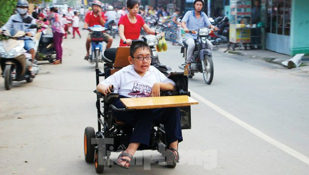 Tấm bằng đại học loại giỏi đổi bằng nước mắt của cha con nam sinh bại liệt - Ảnh 1.